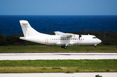 Aterrizaje del avión blanco Imagenes de archivo