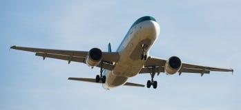 Aterrizaje del avión de Aer Lingus Imagenes de archivo