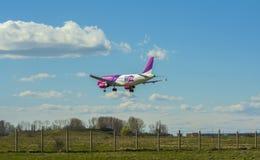 Aterrizaje del avión de aire de Wizz Fotografía de archivo