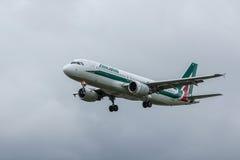 Aterrizaje del avión de Alitalia Imagen de archivo libre de regalías