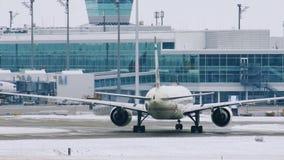 Aterrizaje del avión de Etihad Airways en el aeropuerto MUC de Munich metrajes
