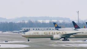 Aterrizaje del avión de Etihad Airways en el aeropuerto MUC de Munich almacen de metraje de vídeo