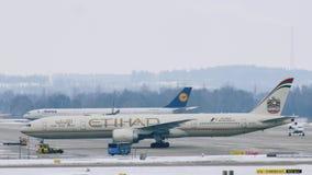 Aterrizaje del avión de Etihad Airways en el aeropuerto MUC de Munich almacen de video