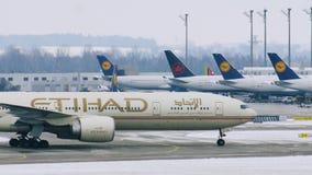 Aterrizaje del avión de Etihad en el aeropuerto MUC de Munich metrajes