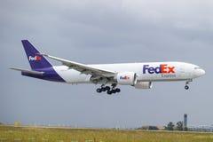 Aterrizaje del avión de Fedex Fotografía de archivo libre de regalías