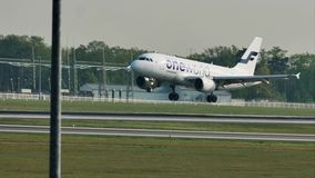 Aterrizaje del avión de Finnair Oneworld en el aeropuerto de Francfort, FRA