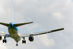 Aterrizaje del avión de pasajeros Fotografía de archivo libre de regalías