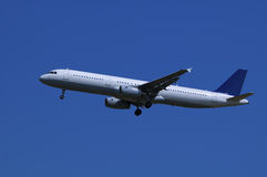Aterrizaje del avión de pasajeros Imágenes de archivo libres de regalías