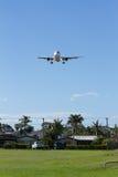 Aterrizaje del avión de pasajeros en el aeropuerto de Gold Coast, Australia Foto de archivo
