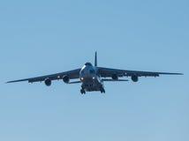 Aterrizaje del avión de pasajeros grande de la carga Fotos de archivo