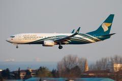 Aterrizaje del avión de pasajeros de Oman Air Boeing 737-800 A4O-BAH en el aeropuerto de Estambul Ataturk imagenes de archivo