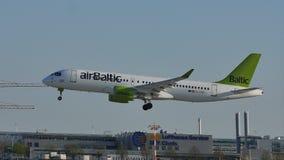 Aterrizaje del avión de reacción de AirBaltic en el aeropuerto de Munich, MUC metrajes