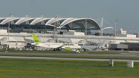 Aterrizaje del avión de reacción de AirBaltic en el aeropuerto de Munich, MUC almacen de video