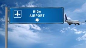 Aterrizaje del avión de reacción en Riga almacen de video