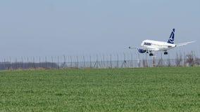 Aterrizaje del avión de Tarom en la pista, primavera metrajes