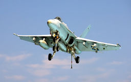 Aterrizaje del avispón F-18 en portaaviones Fotografía de archivo