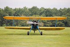 Aterrizaje del biplano en campo Imágenes de archivo libres de regalías
