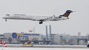 Aterrizaje del bombardero CRJ-900 D-ACNR de Lufthansa CityLine en pista nevosa metrajes
