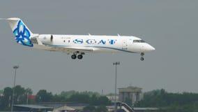 Aterrizaje del bombardero CRJ-200 de las l?neas a?reas de SCAT metrajes