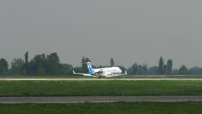 Aterrizaje del bombardero CRJ-200 de las l?neas a?reas de SCAT almacen de metraje de vídeo