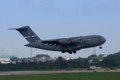 Aterrizaje del C-17 de la fuerza aérea de los E.E.U.U. en Okinawa Foto de archivo libre de regalías