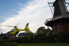 Aterrizaje del helicóptero de la ambulancia aérea de UMCG en pueblo Foto de archivo