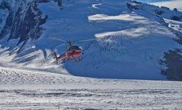 Aterrizaje del helicóptero en el glaciar de Mendenhall Foto de archivo libre de regalías