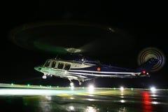 Aterrizaje del helicóptero en plataforma de petróleo y gas costera en cubierta o aparcamiento Entrenamiento de vuelo nocturno del Imagen de archivo