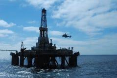 Aterrizaje del helicóptero en una plataforma petrolera Fotos de archivo libres de regalías
