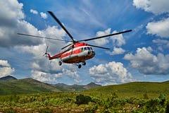 Aterrizaje del helicóptero a la isla Vera - el lago jack London's imagen de archivo libre de regalías