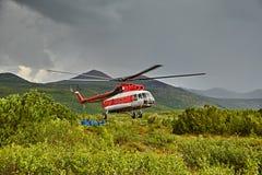 Aterrizaje del helicóptero a la isla Vera - el lago jack London's fotografía de archivo libre de regalías