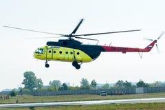 Aterrizaje del helicóptero MI-8 del pasajero Imagen de archivo libre de regalías