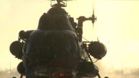 Aterrizaje del helicóptero Mi-8 en un día de invierno soleado, aumentando el polvo de la nieve almacen de video