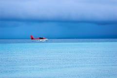 Aterrizaje del hidroavión en el mar Imágenes de archivo libres de regalías