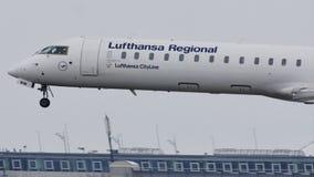 Aterrizaje del jet del bombardero CRJ-900 D-ACNW de Lufthansa CityLine en nieve metrajes