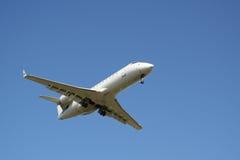 Aterrizaje del jet corporativo Imágenes de archivo libres de regalías