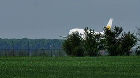 Aterrizaje del jet de Aviolet en pista metrajes