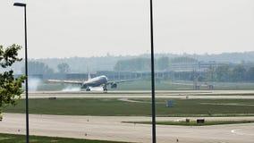 Aterrizaje del jet en el aeropuerto de Francfort, FRA, Alemania