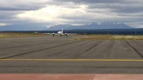 Aterrizaje del jet privado en el aeropuerto de Puerto Natales, Patagonia chilena almacen de metraje de vídeo