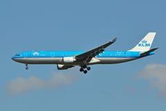 Aterrizaje del KLM Airbus A330 fotos de archivo