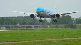 Aterrizaje del Klm Boeing 777 almacen de metraje de vídeo
