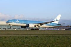 Aterrizaje del Klm Boeing 777 Fotografía de archivo libre de regalías
