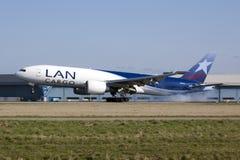 Aterrizaje del LAN Boeing 777 Imagen de archivo