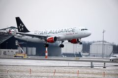 Aterrizaje en el aeropuerto de Munich, de Austrian Airlines Airbus A320-200 OE-LBZ invierno Fotos de archivo libres de regalías