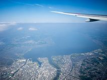 Aterrizaje en el aeropuerto de Narita, Tokio, Japón imagenes de archivo