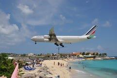 Aterrizaje en la playa del santo Maarten Fotos de archivo