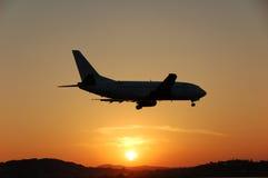 Aterrizaje en la puesta del sol Imágenes de archivo libres de regalías
