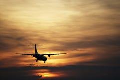 Aterrizaje en la puesta del sol imagenes de archivo