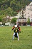 Aterrizaje en tándem del paragliding después del vuelo sobre las montañas suizas en Interlaken, Suiza Imagenes de archivo