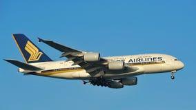 Aterrizaje enorme estupendo de Singapore Airlines Airbus A380 en el aeropuerto de Changi Imagenes de archivo